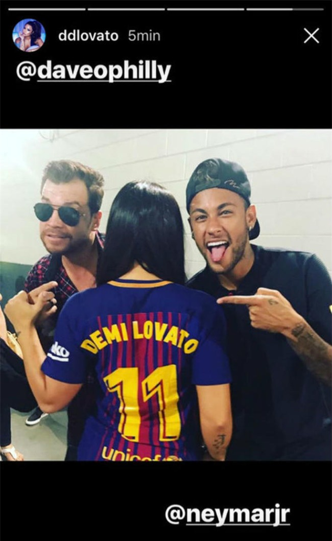 Neymar dẫn bạn gái siêu mẫu chào PSG, thành Paris phát cuồng - 4