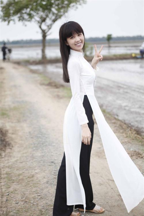 Cũng là áo dài trắng, nào ngờ Ngọc Trinh tóc ngắn lại xinh đẹp bội phần xưa kia - Ảnh 8.
