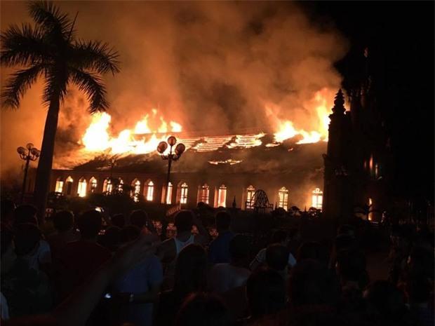 Người dân Nam Định xót xa nhìn ngôi nhà thờ cổ 130 tuổi bị cháy rụi trong đêm - Ảnh 2.