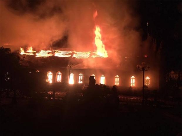 Người dân Nam Định xót xa nhìn ngôi nhà thờ cổ 130 tuổi bị cháy rụi trong đêm - Ảnh 3.