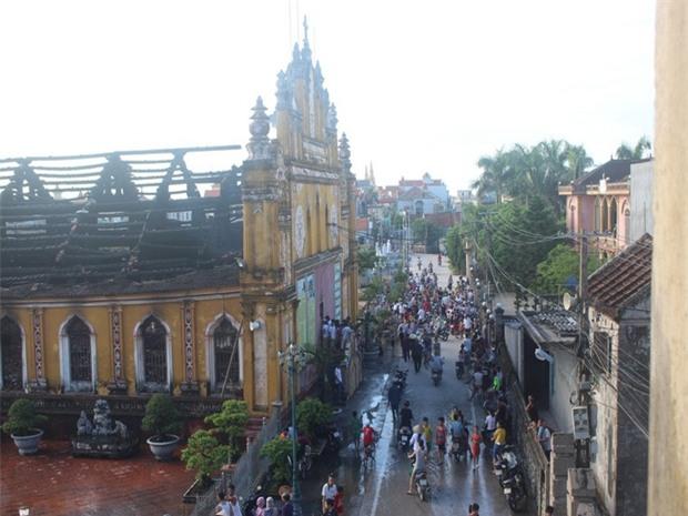 Người dân Nam Định xót xa nhìn ngôi nhà thờ cổ 130 tuổi bị cháy rụi trong đêm - Ảnh 4.