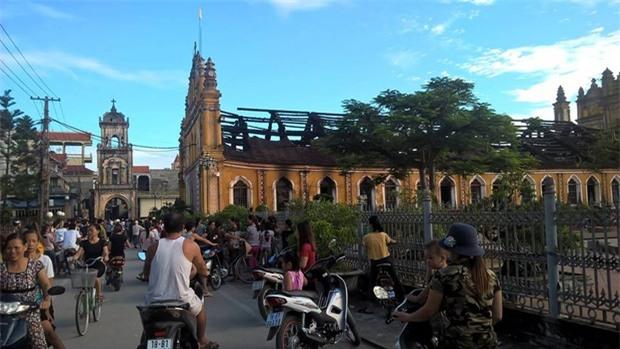 Người dân Nam Định xót xa nhìn ngôi nhà thờ cổ 130 tuổi bị cháy rụi trong đêm - Ảnh 5.