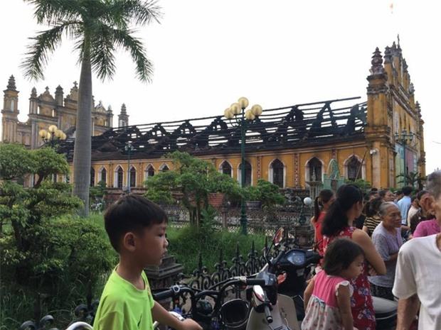 Người dân Nam Định xót xa nhìn ngôi nhà thờ cổ 130 tuổi bị cháy rụi trong đêm - Ảnh 6.