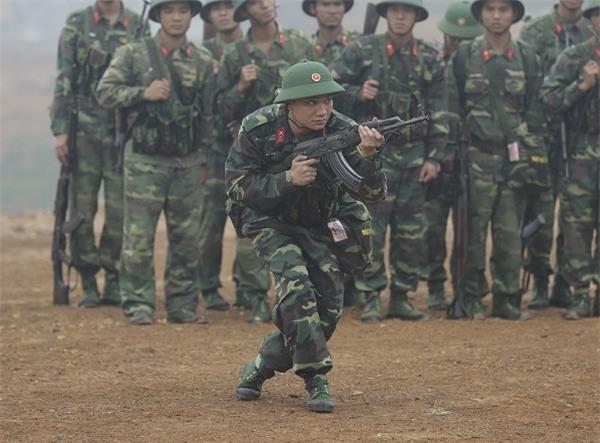 Khắc Việt 'cười không ngậm được miệng' khi xem đàn em đi khom trong quân ngũ-2