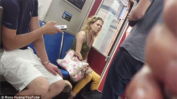 Video cô gái bạo hành, cắn chó cưng trên tàu điện ngầm khiến cộng đồng yêu động vật phẫn nộ - Ảnh 3.