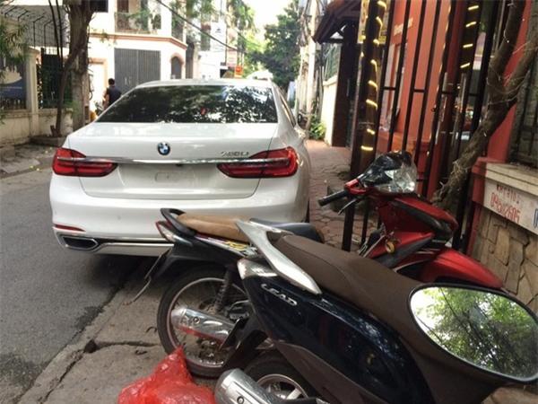 Đỗ xe thiếu ý thức, chủ nhân chiếc BMW nhận ngay bài học đắt giá - Ảnh 1.