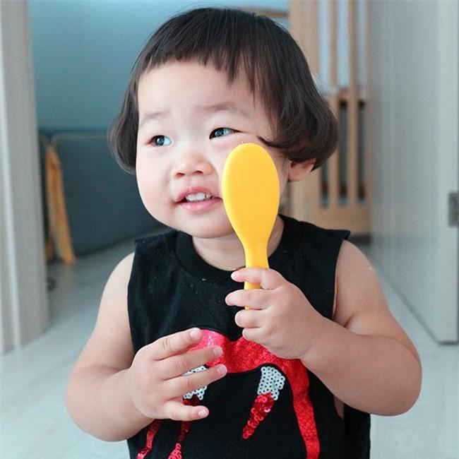 Cô nhóc Hàn Quốc có mái tóc 'gáo dừa' dễ thương đi đâu cũng được xuýt xoa-3