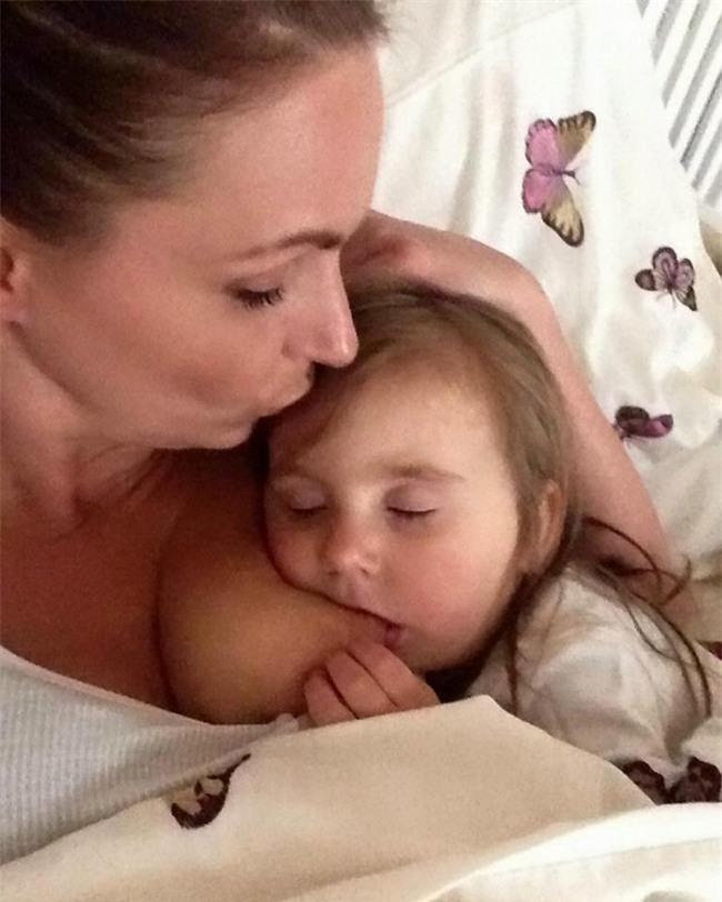 Người mẹ bị chỉ trích vì vẫn để con 4 tuổi bú sữa mẹ và màn đáp trả khiến dân mạng hả hê - Ảnh 1.