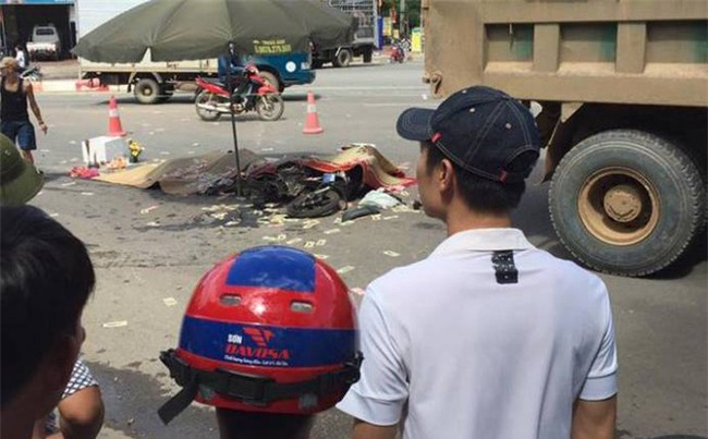 Hà Nội: Tai nạn thương tâm ba mẹ con bị xe tải cán tử vong - Ảnh 1.
