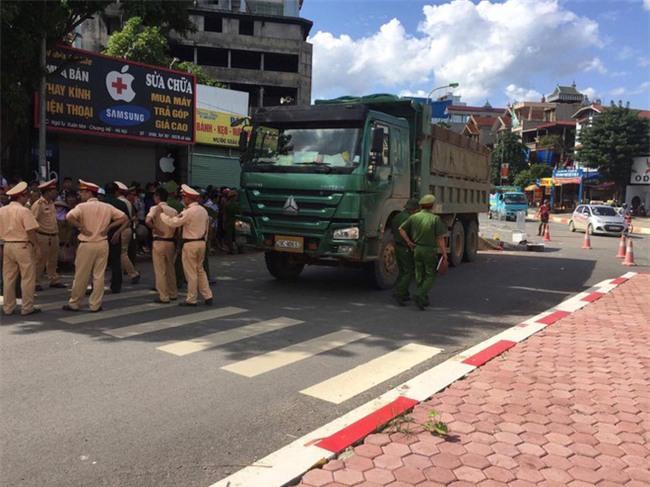 Hà Nội: Tai nạn thương tâm ba mẹ con bị xe tải cán tử vong - Ảnh 2.