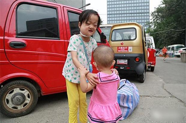 Bé 7 tuổi nguyện từ bỏ cơ hội được điều trị bệnh nguy hiểm để dành tiền cứu chữa cho em gái 1 tuổi - Ảnh 1.