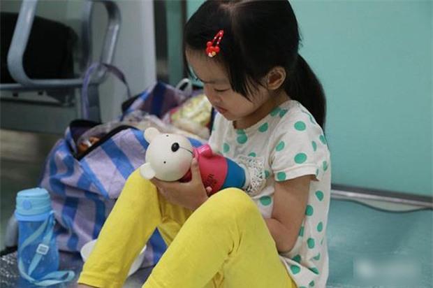 Bé 7 tuổi nguyện từ bỏ cơ hội được điều trị bệnh nguy hiểm để dành tiền cứu chữa cho em gái 1 tuổi - Ảnh 2.