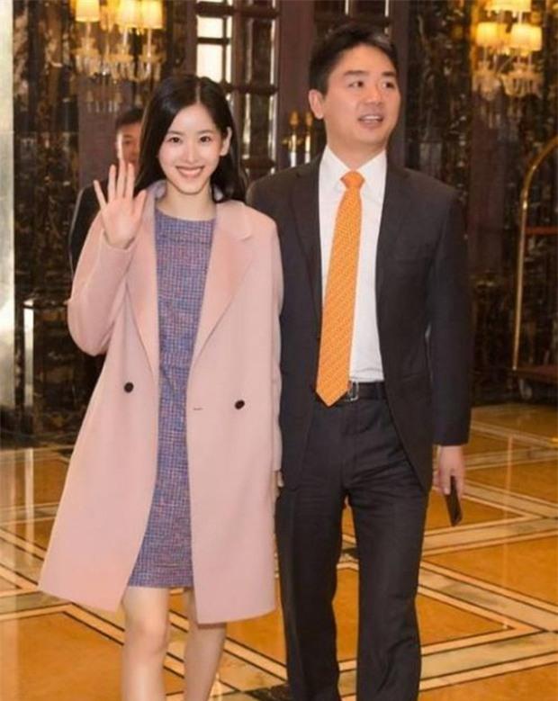 Sau khi kết hôn, cô bé trà sữa xinh đẹp trở thành nữ tỷ phú trẻ tuổi nhất Trung Quốc - Ảnh 1.