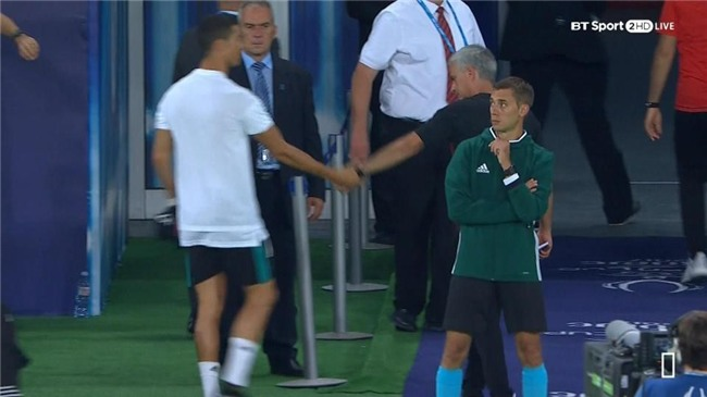 Ronaldo khoac vai Mourinho, an mung phan khich sau chuc vo dich hinh anh 1