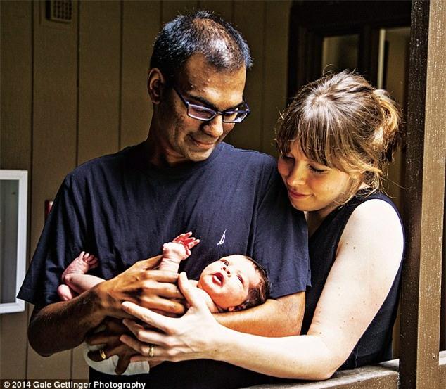 Kalanithi cùng vợ và con, ảnh được chụp vào năm 2014, khoảng thời gian ông biết tin mình chỉ còn 22 tháng để sống.