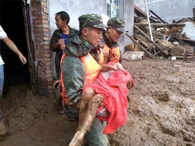 Theo Tân Hoa Xã, một vụ lở đất kinh hoàng đã xảy ra tại khu vực đồi núi ở làng Gengdi, tỉnh Tứ Xuyên vào lúc 6 giờ sáng nay 8/8 theo giờ địa phương. Vụ lở đất xảy ra do mưa lớn khiến ít nhất 24 người thiệt mạng. (Ảnh: AFP)