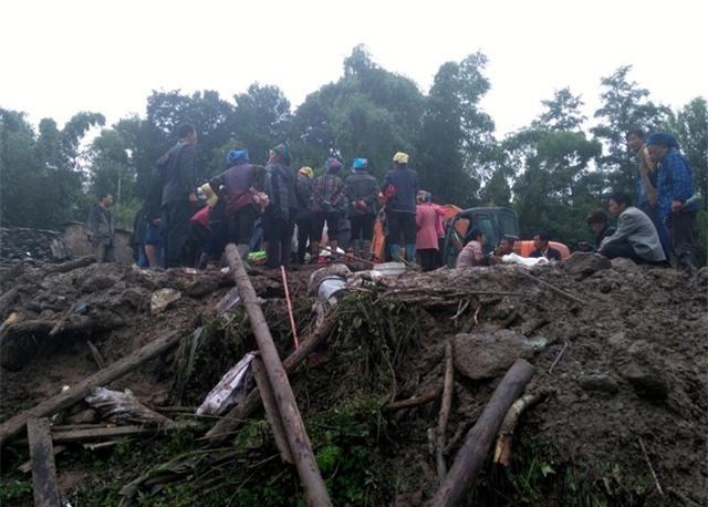 Vào cuối giờ chiều nay, giới chức địa phương xác nhận có khoảng 71 căn nhà và 5 km đường bị phá hủy do sạt lở đất ở Tứ Xuyên. (Ảnh: AFP)