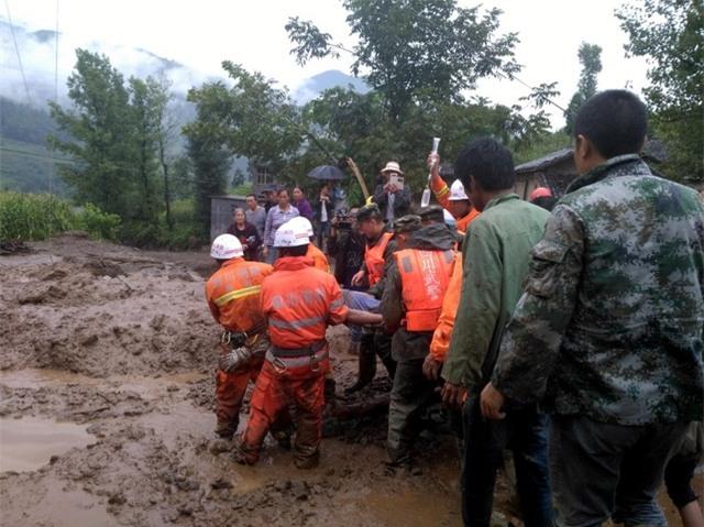 Ngoài 24 thiệt mạng, nhiều người khác cũng đã bị thương sau vụ lở đất và được đưa đi điều trị. Vụ lở đất gây ra thiệt hại về kinh tế ước tính khoảng 23,9 triệu USD. (Ảnh: AFP)