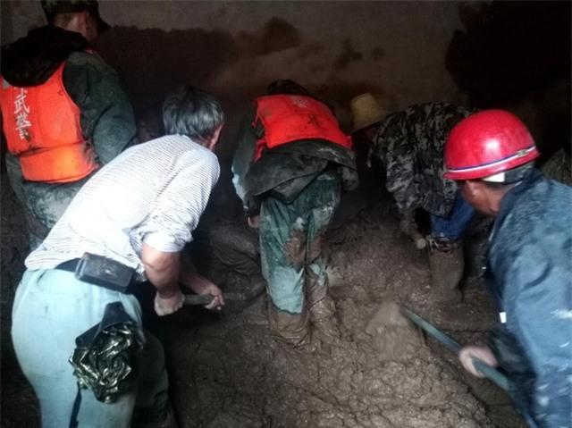 Hiện tượng sạt lở đất thường xuyên xảy ra sau mỗi đợt mưa lớn ở Trung Quốc, đặc biệt là ở các khu vực rừng núi. Lực lượng cứu hộ phải dùng cuốc xẻng để tìm kiếm những người bị mắc kẹt dưới đồng bùn đất. (Ảnh: AFP)