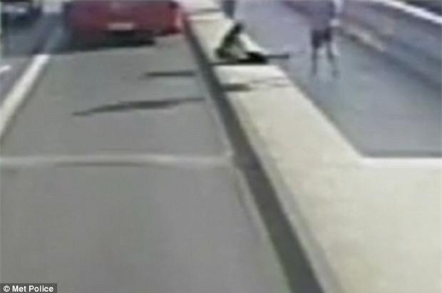 Khách bộ hành sống sót kỳ tích sau khi bị một người chạy bộ đẩy vào làn đường xe bus - Ảnh 2.