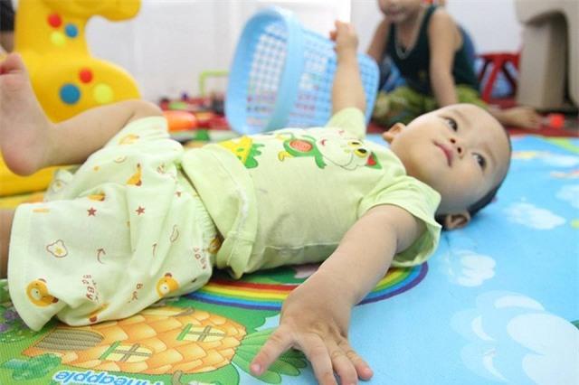 sinh ra con khong cat tieng khoc, 5 thang sau me dau don phat hien con bi bai nao - 1