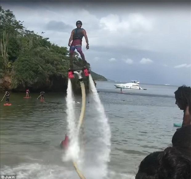Gây ấn tượng với bạn gái bằng flyboard, chàng trai nhận về kết quả ê chề - Ảnh 2.
