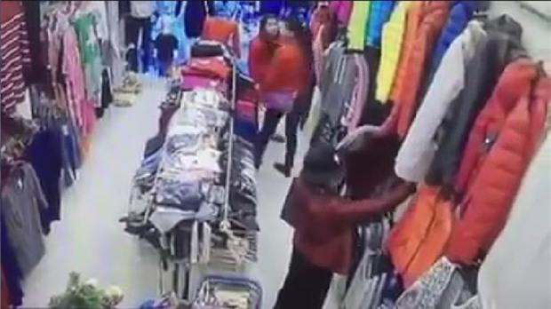 Chôm quần áo hàng hiệu về bán trên vỉa hè, bà cụ bị các shop ở Hà Nội kéo đến đòi lại đồ - Ảnh 1.