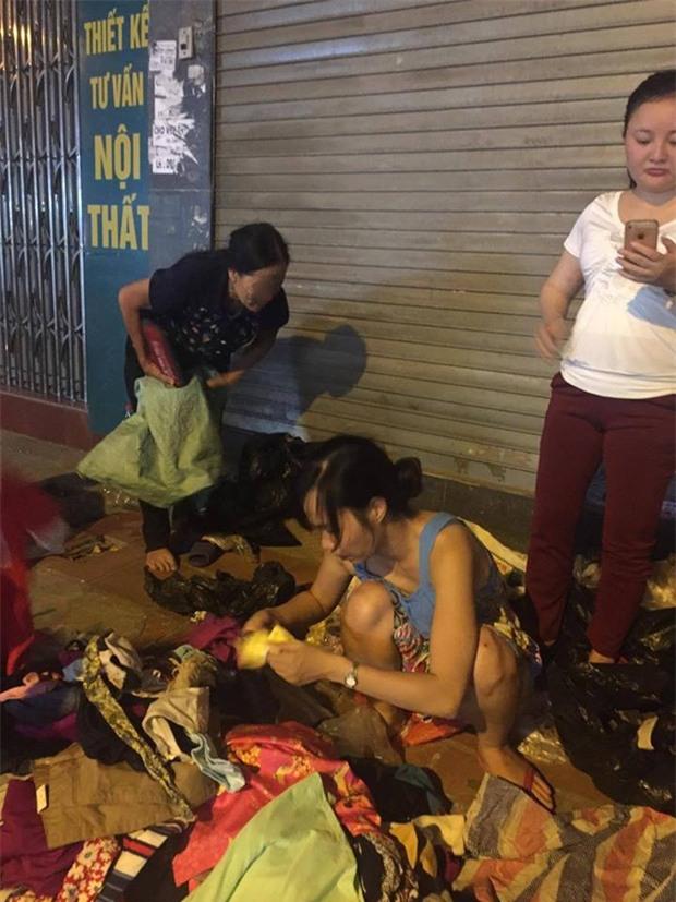 Chôm quần áo hàng hiệu về bán trên vỉa hè, bà cụ bị các shop ở Hà Nội kéo đến đòi lại đồ - Ảnh 2.