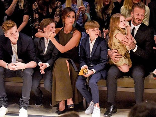 Suri Cruise và Harper Beckham: Hai cô bé nổi tiếng nhất thế giới có tuổi thơ trái ngược - Ảnh 5.