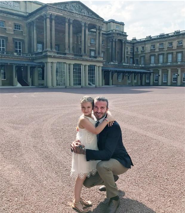 Suri Cruise và Harper Beckham: Hai cô bé nổi tiếng nhất thế giới có tuổi thơ trái ngược - Ảnh 7.