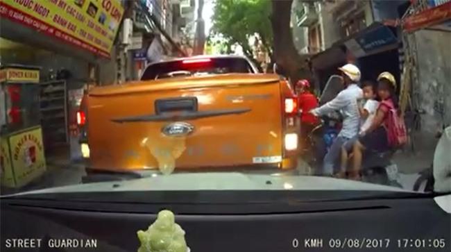Vụ va chạm trên phố Hà Nội và cái bắt tay được nhiều người tán thưởng - Ảnh 1.