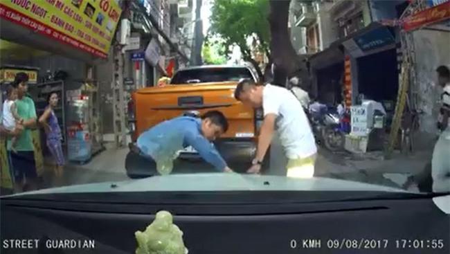 Vụ va chạm trên phố Hà Nội và cái bắt tay được nhiều người tán thưởng - Ảnh 2.