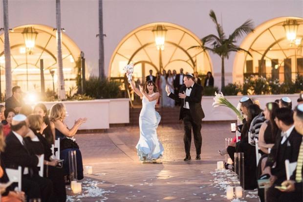 Ngắm nhìn đám cưới công nghệ cực kỳ độc đáo: Hoa cưới làm bằng dây sạc, khách đến dự được tặng pin di động - Ảnh 1.