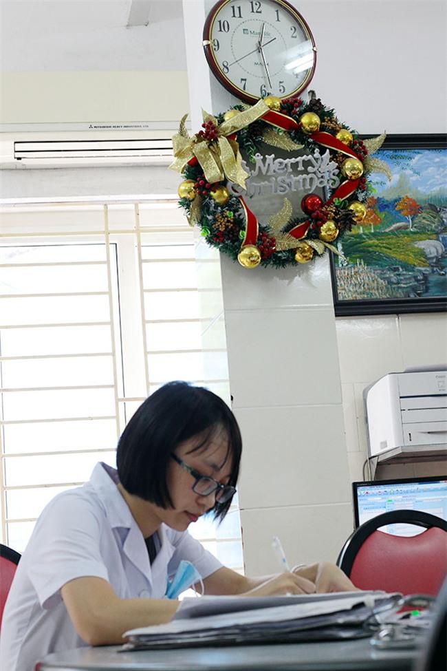 nu dieu duong mang thai sap de van cang minh chong sot xuat huyet - 2