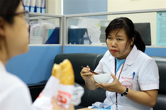 nu dieu duong mang thai sap de van cang minh chong sot xuat huyet - 5