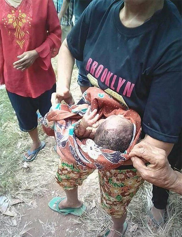 Giải cứu bé sơ sinh bị chôn sống khiến nhiều người rơi nước mắt-3
