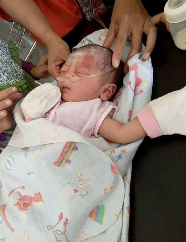Giải cứu bé sơ sinh bị chôn sống khiến nhiều người rơi nước mắt-4