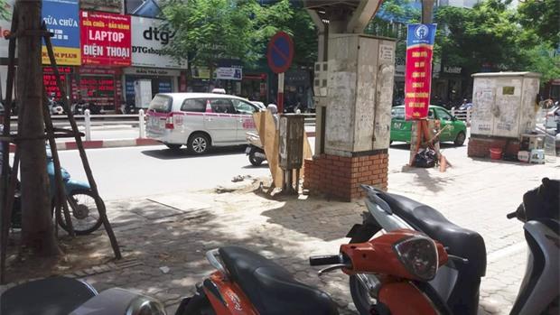 Hà Nội: Xôn xao clip cô gái bị chàng trai đánh gục trên phố Thái Hà nghi do ghen tuông - Ảnh 2.