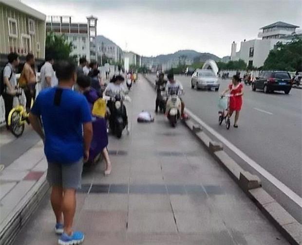 Đang vi vu xe máy, người đàn ông bất ngờ bị sét đánh trúng - Ảnh 3.