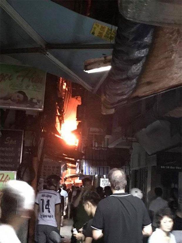 Người dân và du khách ở phố Tây Bùi Viện nhốn nháo vì cháy nhà trong hẻm, nhiều tuyến đường bị cắt điện - Ảnh 3.