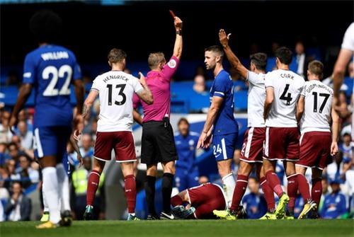 Nhận 2 thẻ đỏ, nhà vô địch Chelsea thua thảm sân nhà - Ảnh 2.