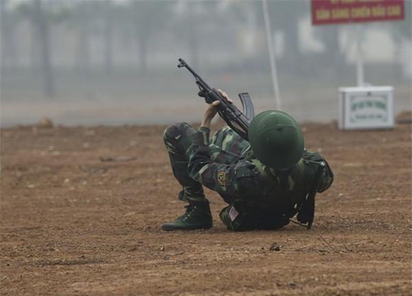 Huy Cung giật nảy người khi bắn súng khiến Khắc Việt cười 'không ngậm được miệng'-5