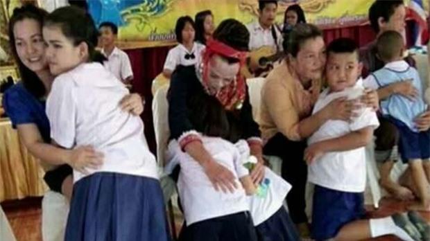 Vợ vắng nhà, việc làm của người đàn ông Thái Lan này trong ngày của mẹ khiến nhiều người xúc động - Ảnh 2.