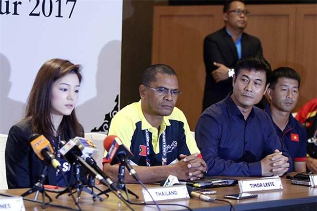 """Nữ trưởng đoàn xinh đẹp U22 Thái Lan giữa """"vòng vây"""" 5 người đàn ông - 3"""
