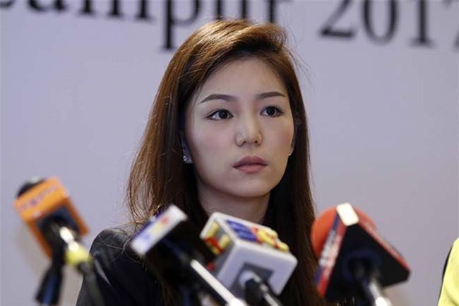 """Nữ trưởng đoàn xinh đẹp U22 Thái Lan giữa """"vòng vây"""" 5 người đàn ông - 4"""