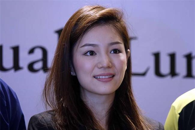 """Nữ trưởng đoàn xinh đẹp U22 Thái Lan giữa """"vòng vây"""" 5 người đàn ông - 7"""