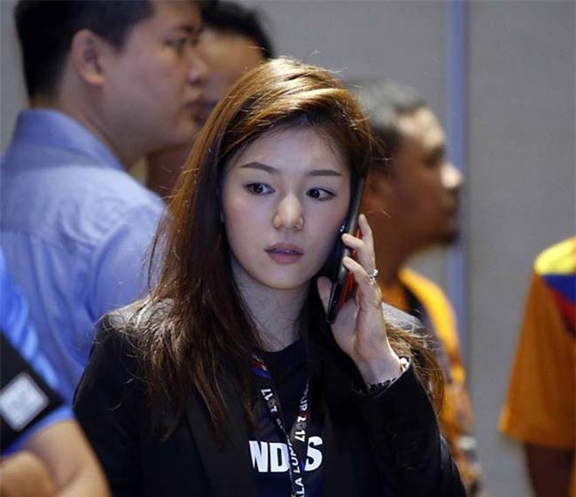 """Nữ trưởng đoàn xinh đẹp U22 Thái Lan giữa """"vòng vây"""" 5 người đàn ông - 9"""
