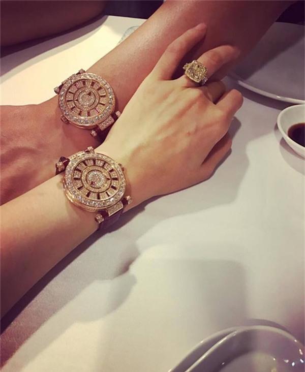 Đồng hồ đôi của cô và chồng thuộc hãng Franck Muller Double Mystery Ronde có giá 49,675USD (hơn 1 tỷ đồng). - Tin sao Viet - Tin tuc sao Viet - Scandal sao Viet - Tin tuc cua Sao - Tin cua Sao