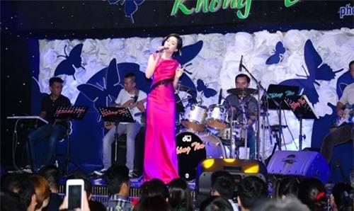 Lệ Quyên cònlà bà chủ của một phòng trà nức tiếng Sài Gòn. Đây là nơi trở thành điểm biểu diễn của nhiều ca sĩ nổi tiếng như Đàm Vĩnh Hưng, Dương Triệu Vũ, Mỹ Tâm,… - Tin sao Viet - Tin tuc sao Viet - Scandal sao Viet - Tin tuc cua Sao - Tin cua Sao