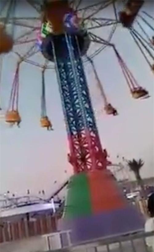 Đang chơi vui vẻ, chiếc vòng xoay trong công viên giải trí rơi tự do khiến 21 em nhỏ bị thương - Ảnh 2.